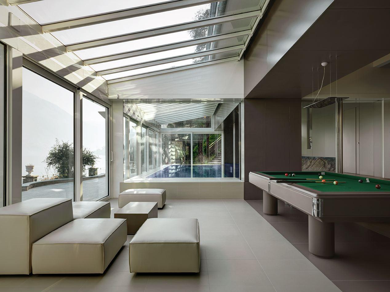 Una villa con la zona ospiti in mansarda for Tavolo per veranda