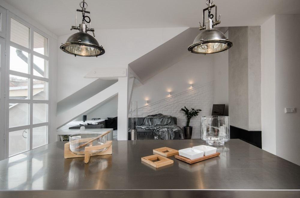 Una mansarda open space piena di luce - Punti luce per bagno ...