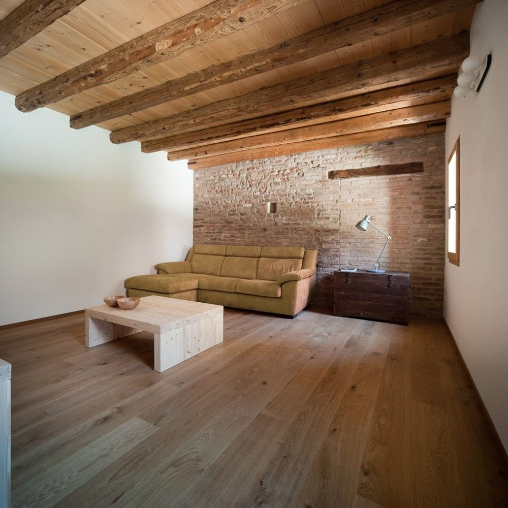 L 39 ampliamento di un antico edificio for Illuminazione sottotetto legno