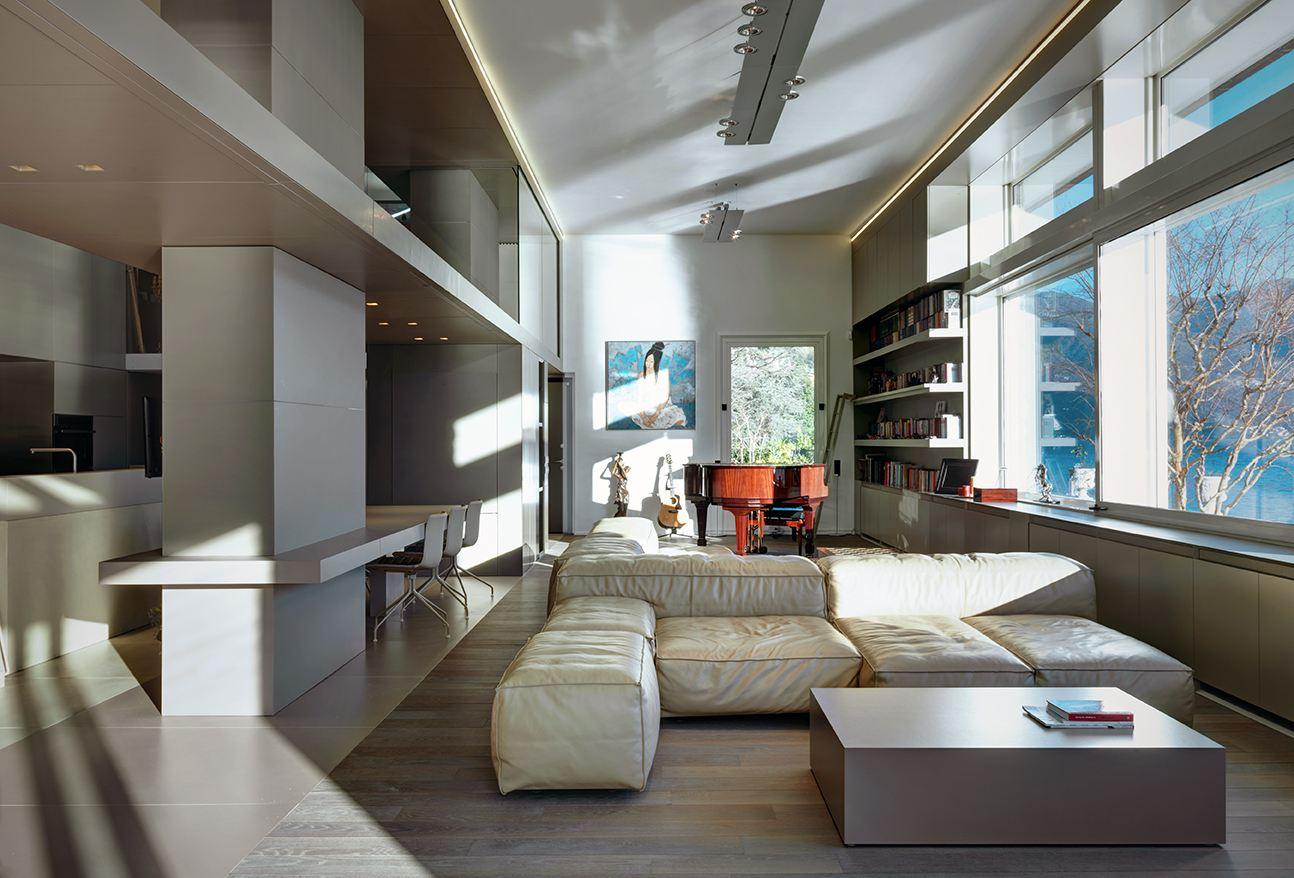 Una villa con la zona ospiti in mansarda for Case moderne interni open space