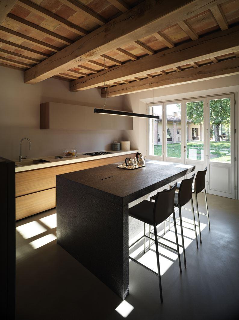 Una mansarda in legno tra antico e moderno - Cucine con vetrate ...