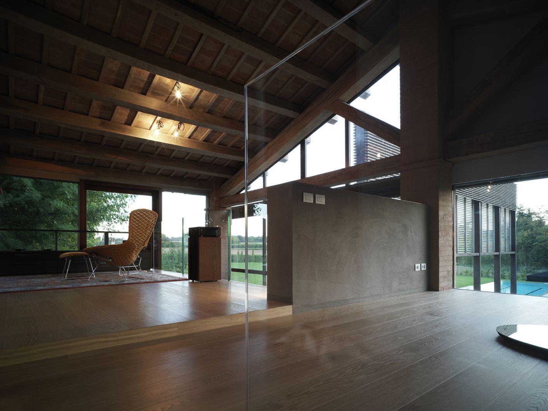 Una mansarda in legno tra antico e moderno for Open space moderni