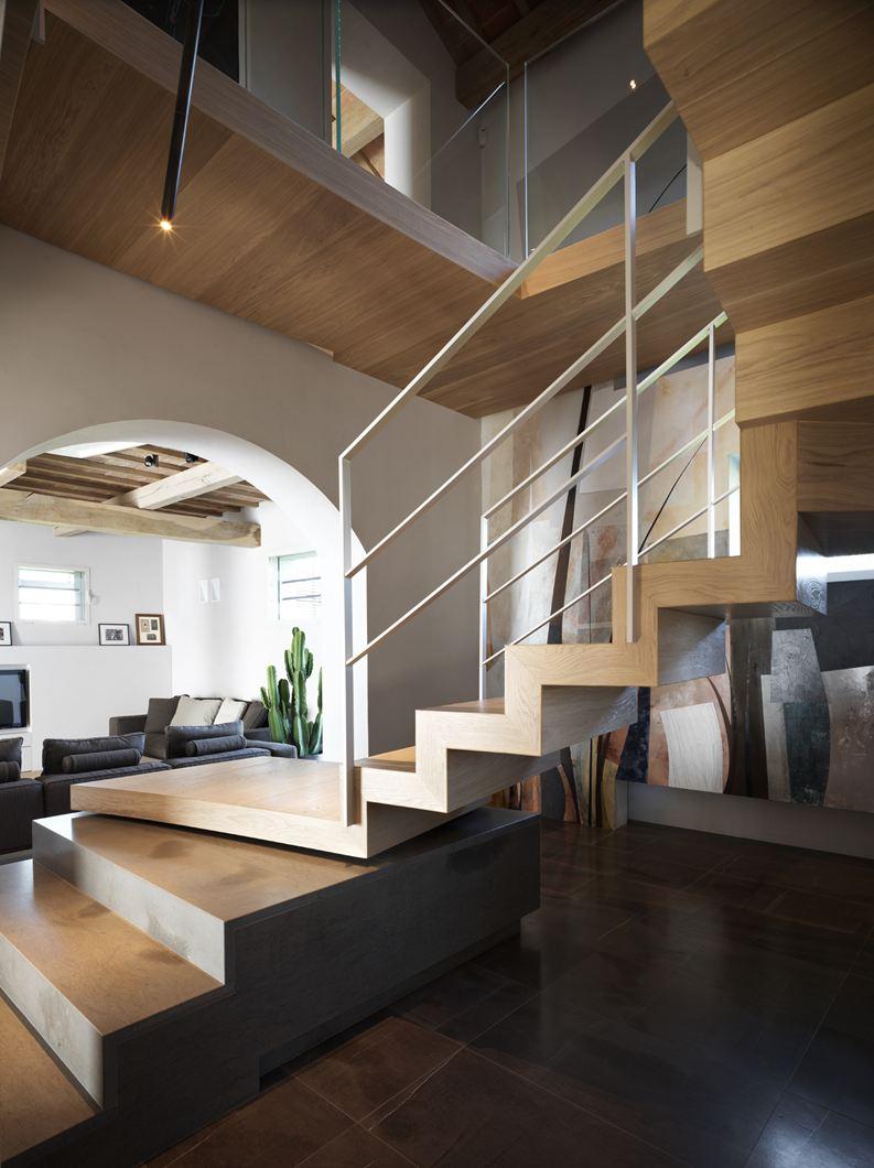 Una mansarda in legno tra antico e moderno for Illuminazione sottotetto legno