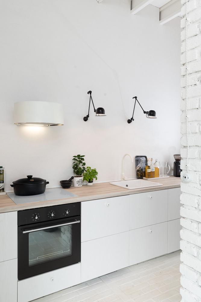 oooox-boooox-barn-kitchen2-via-smallhousebliss