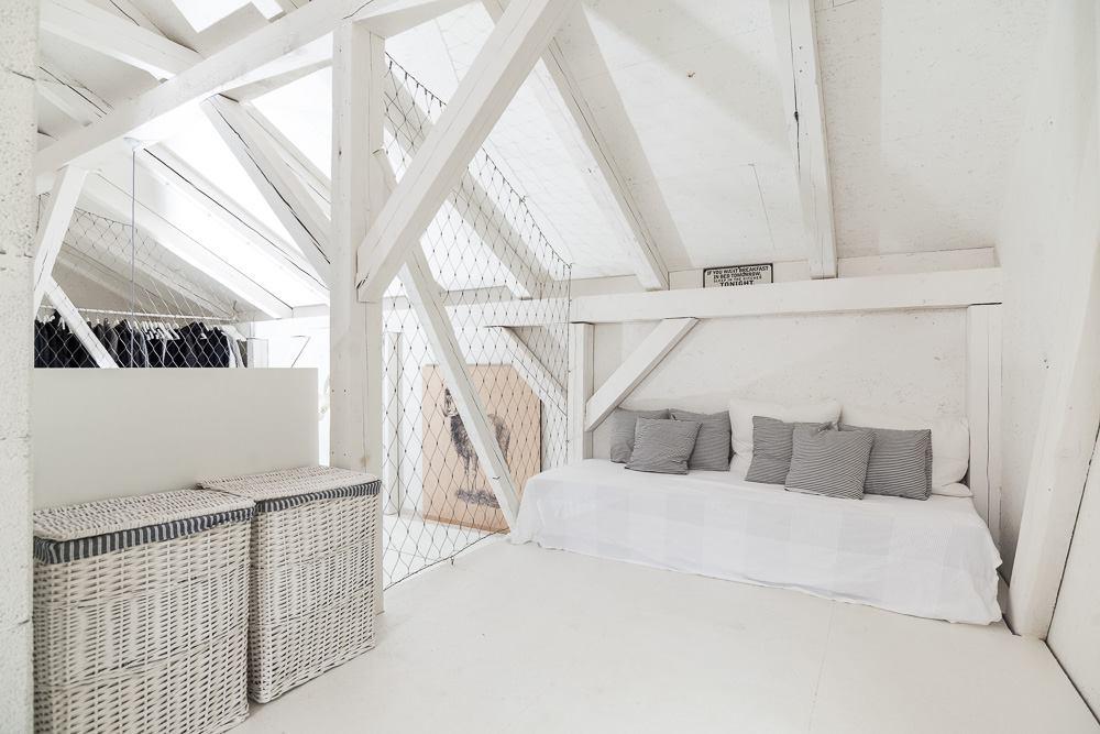 oooox-boooox-barn-loft-bedrooom4-via-smallhousebliss