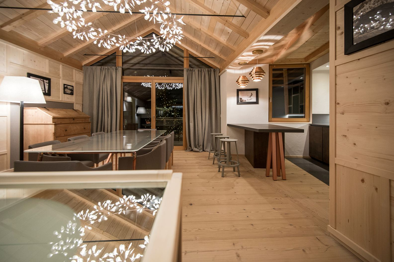 Uno chalet di montagna for Illuminazione sottotetto legno