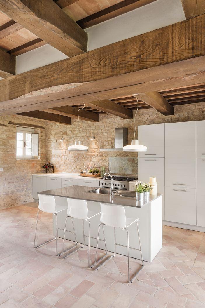 ... moderna cucina bianca ad isola e la zona soggiorno, con un lungo