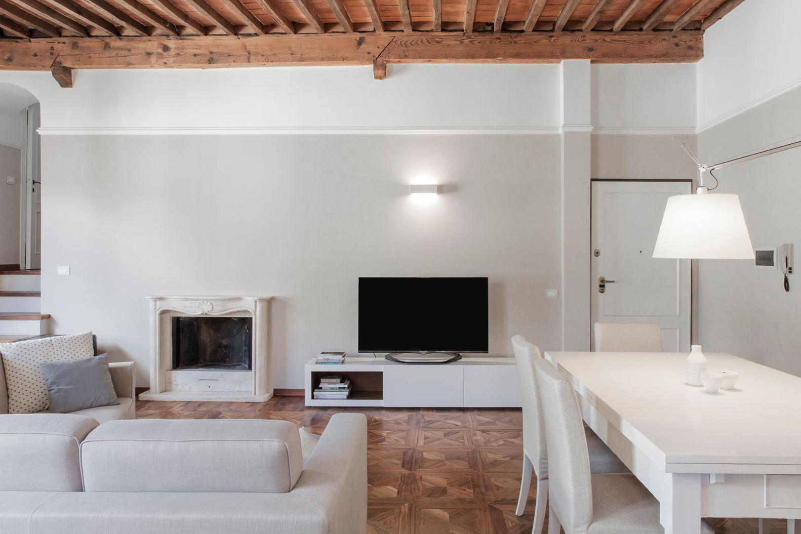 Binomio legno bianco per una mansarda a lucca - Illuminazione per soggiorno ...