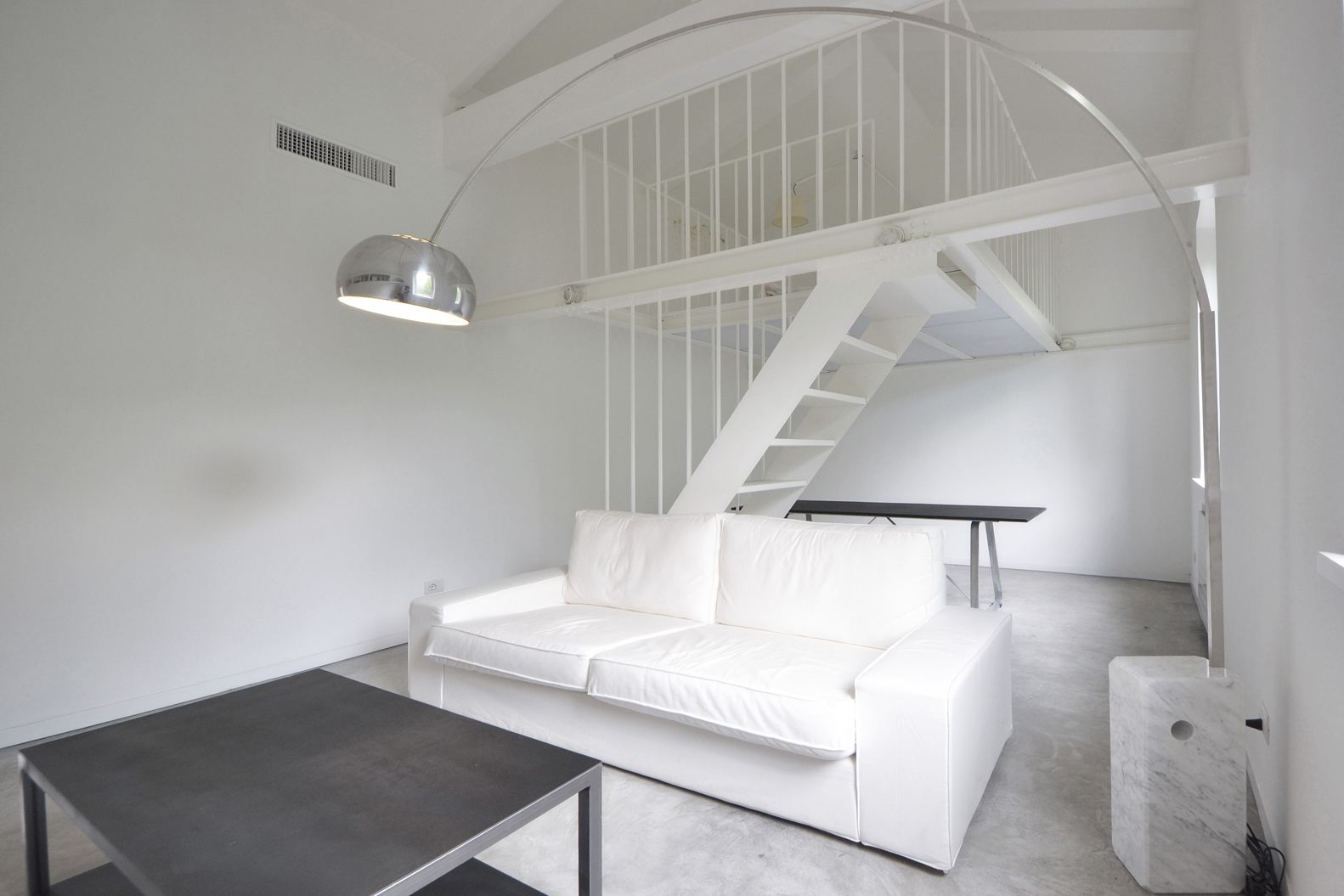 Un mini loft total white a roma for Camera da letto total white