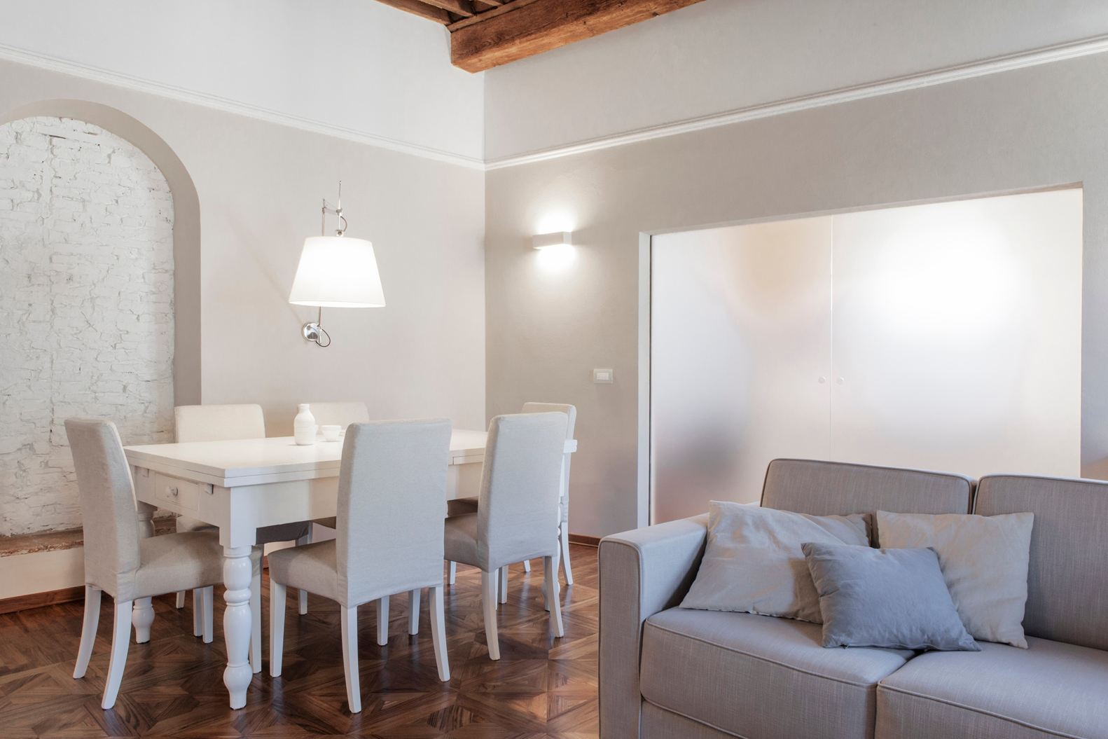 Binomio legno bianco per una mansarda a lucca for Soffitto travi a vista bianco