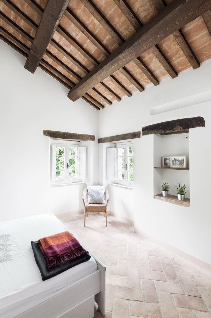 Il restauro conservativo di una villa di campagna for Mansarda in legno bianco