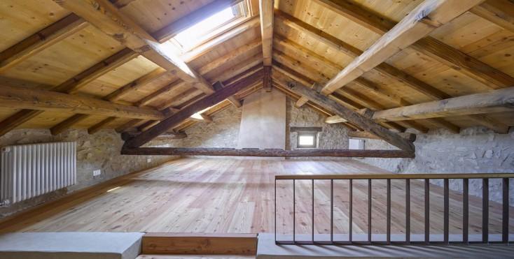 Illuminazione mansarda tetto legno idee creative di - Illuminazione sottotetto legno ...
