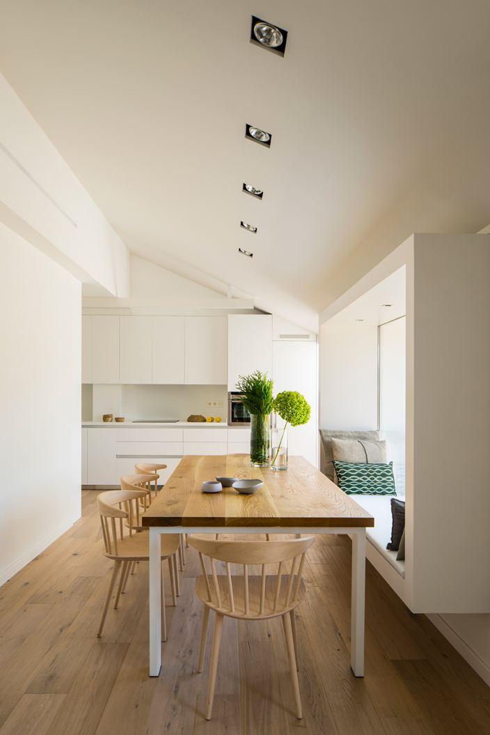 Un attico su due livelli con terrazzo for Casa interior design