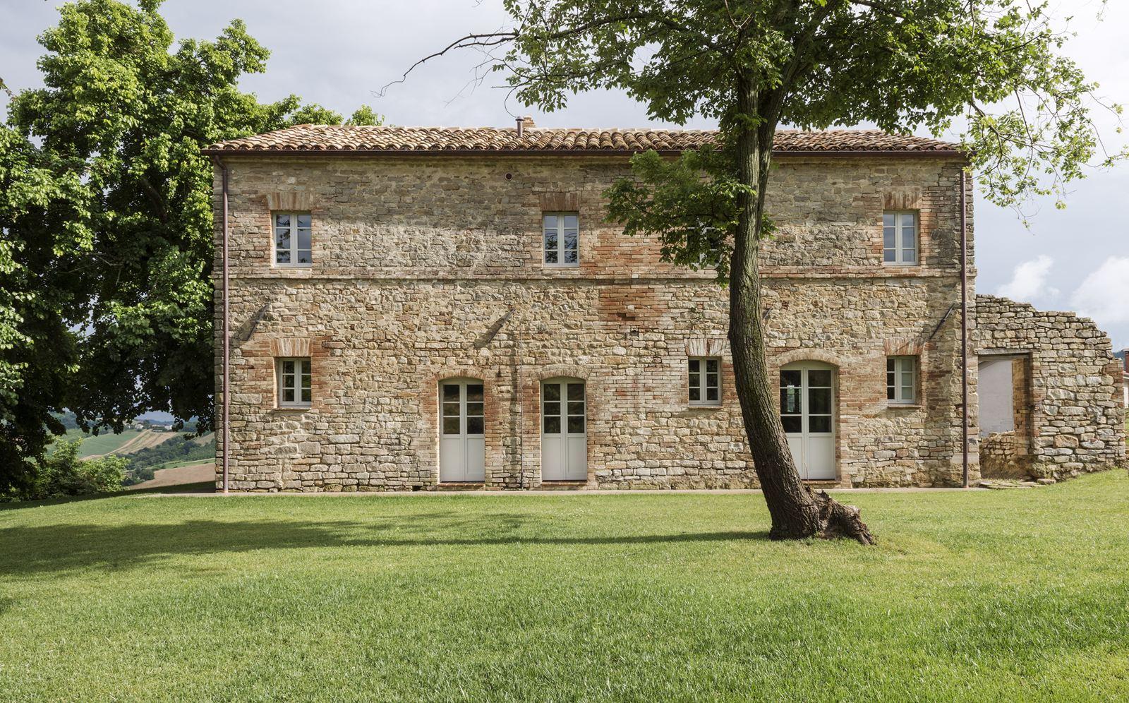 Il restauro conservativo di una villa di campagna for Case moderne di campagna