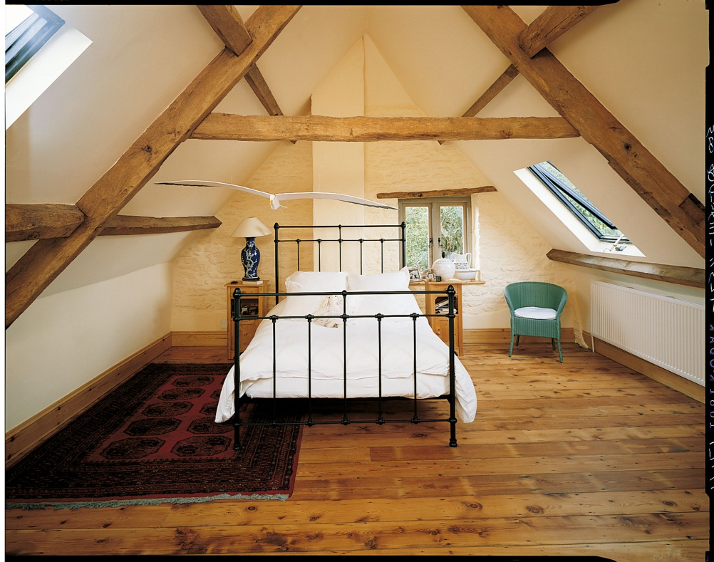 exposed-beam-loft-bedroom-1002x789