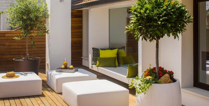 Sul terrazzo sono state create varie zone relax che si collegano ...
