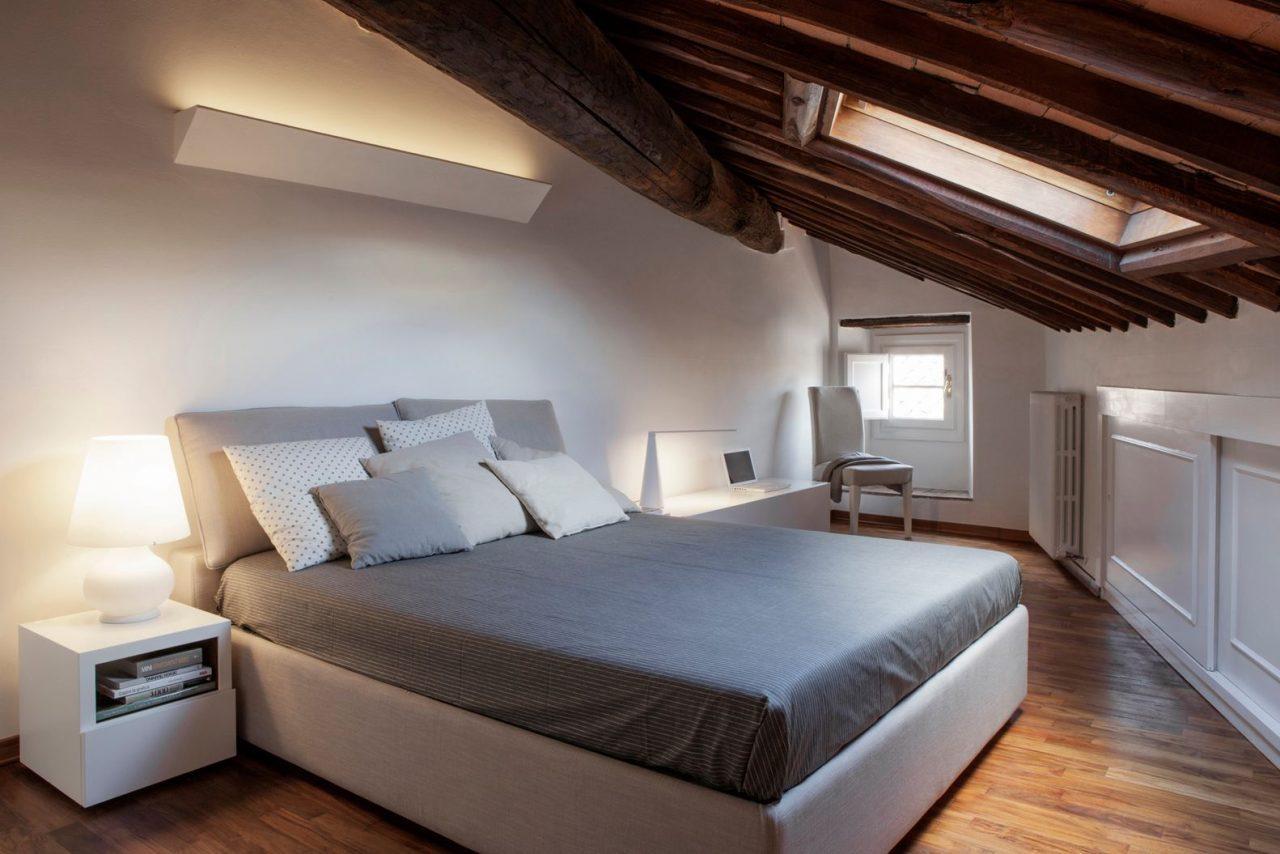 Binomio legno bianco per una mansarda a lucca - Camerette in mansarda ...