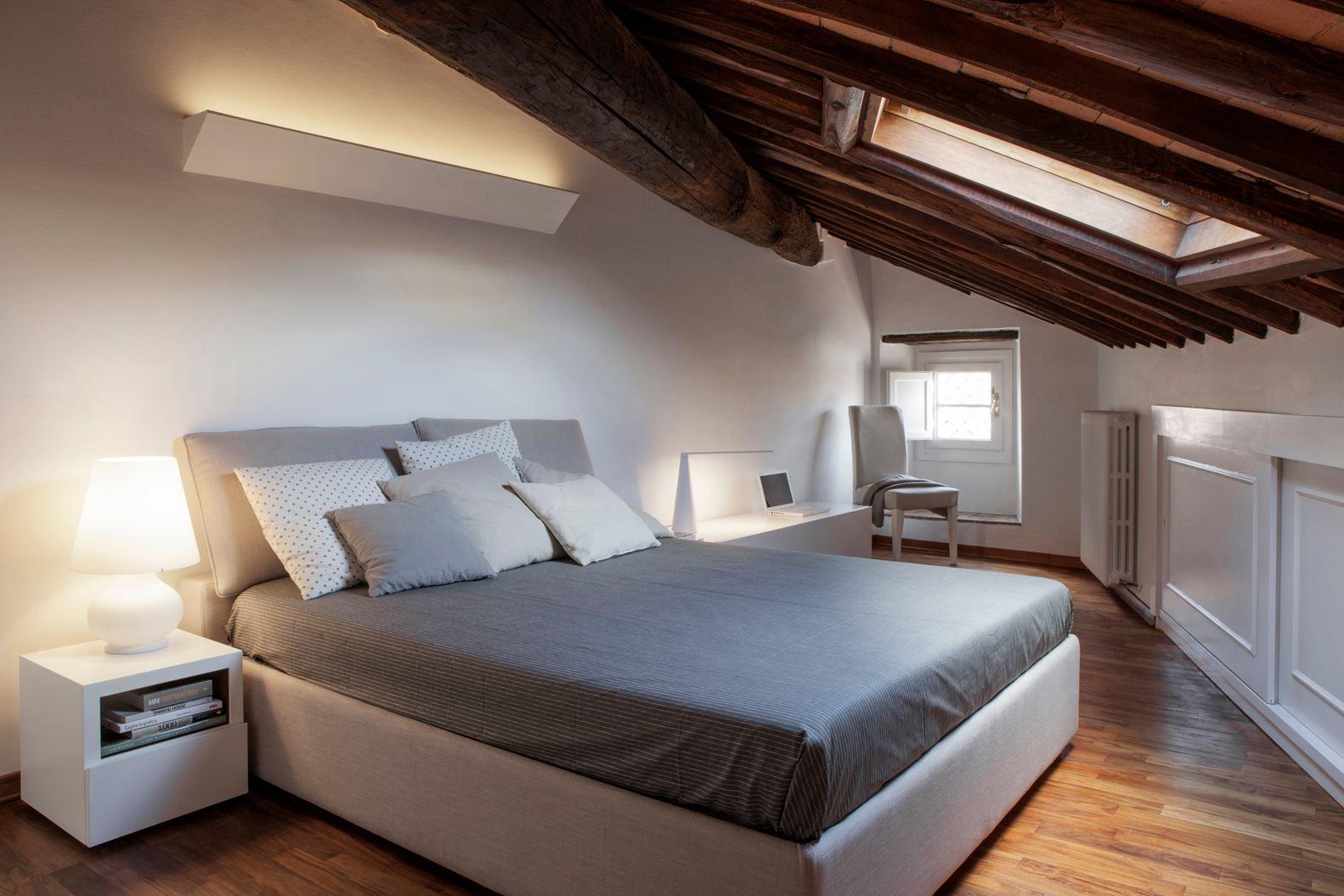 Binomio legno bianco per una mansarda a lucca for Illuminazione sottotetto legno