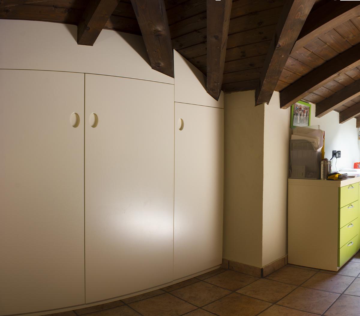 L 39 armadio in mansarda - Armadio dietro al letto ...
