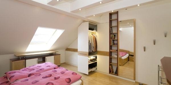 L 39 armadio in mansarda - Un letto in una nicchia ...