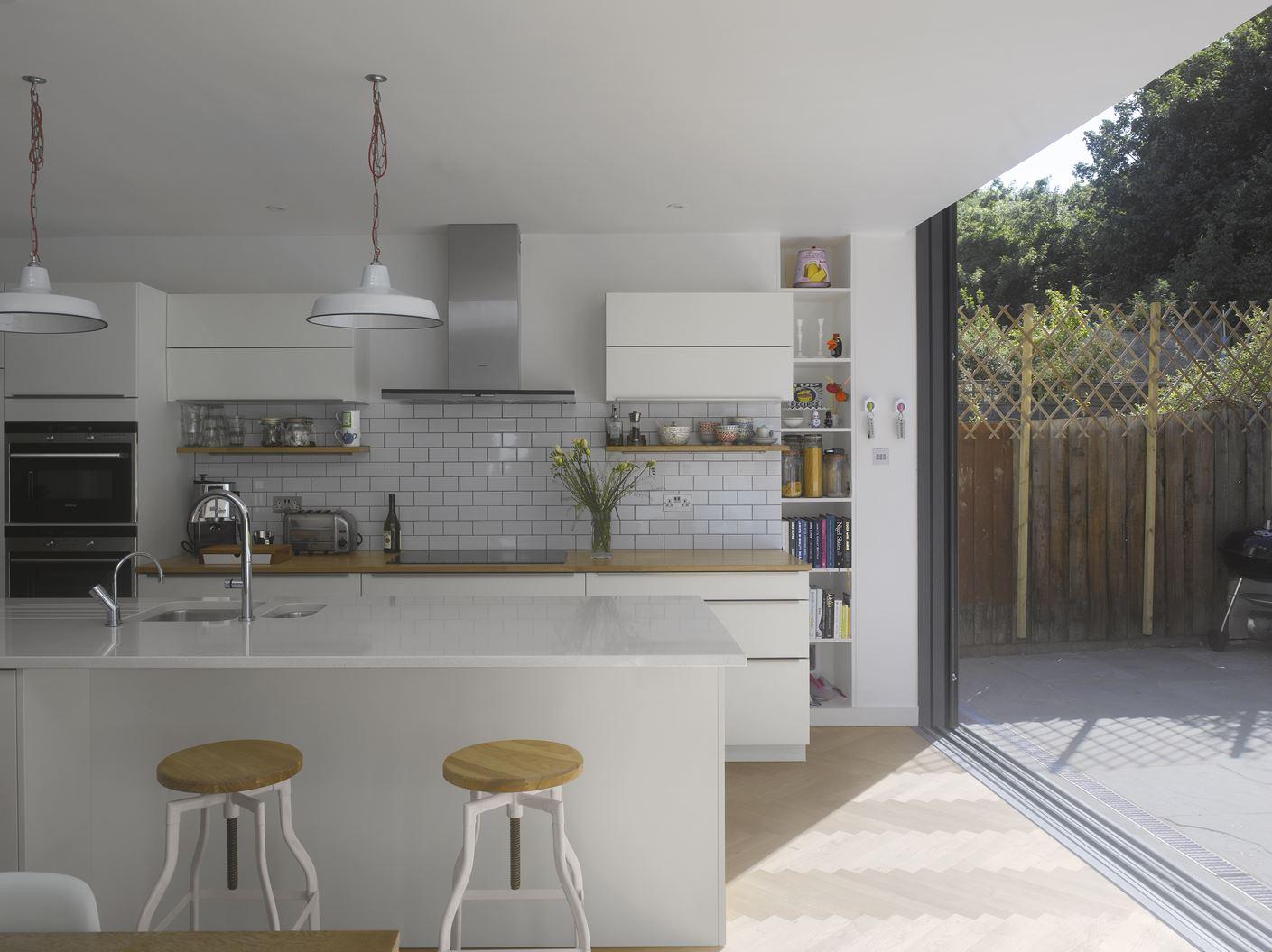 L 39 ampliamento di una casa a schiera su due livelli - Cucina con vetrata ...