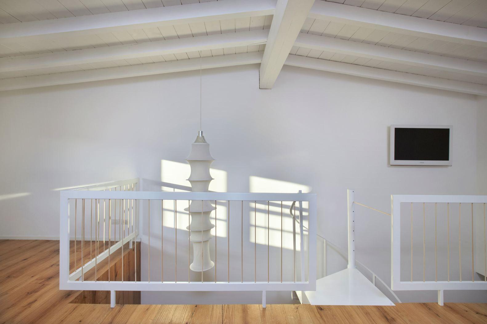 Soffitti in legno sbiancati design casa creativa e for Layout della camera familiare