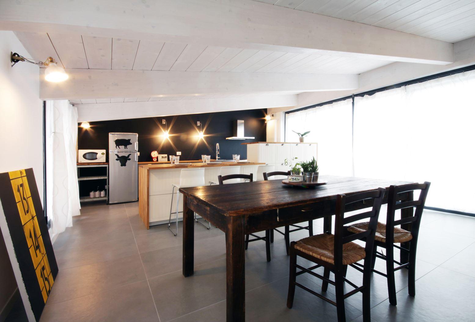 Una mansarda con il tetto in legno a milano - Arredare casa a basso costo ...