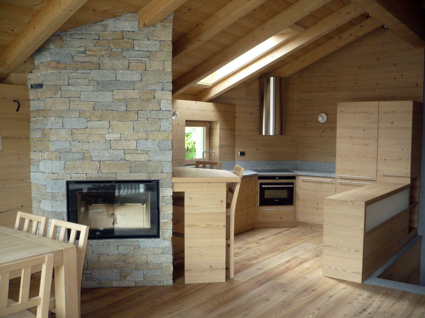 Un loft in legno nel sottotetto for Foto di mansarde arredate