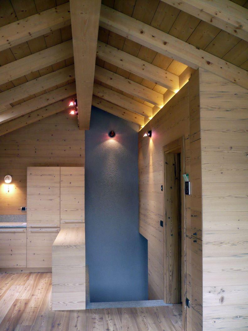 Un loft in legno nel sottotetto for Illuminazione sottotetto legno