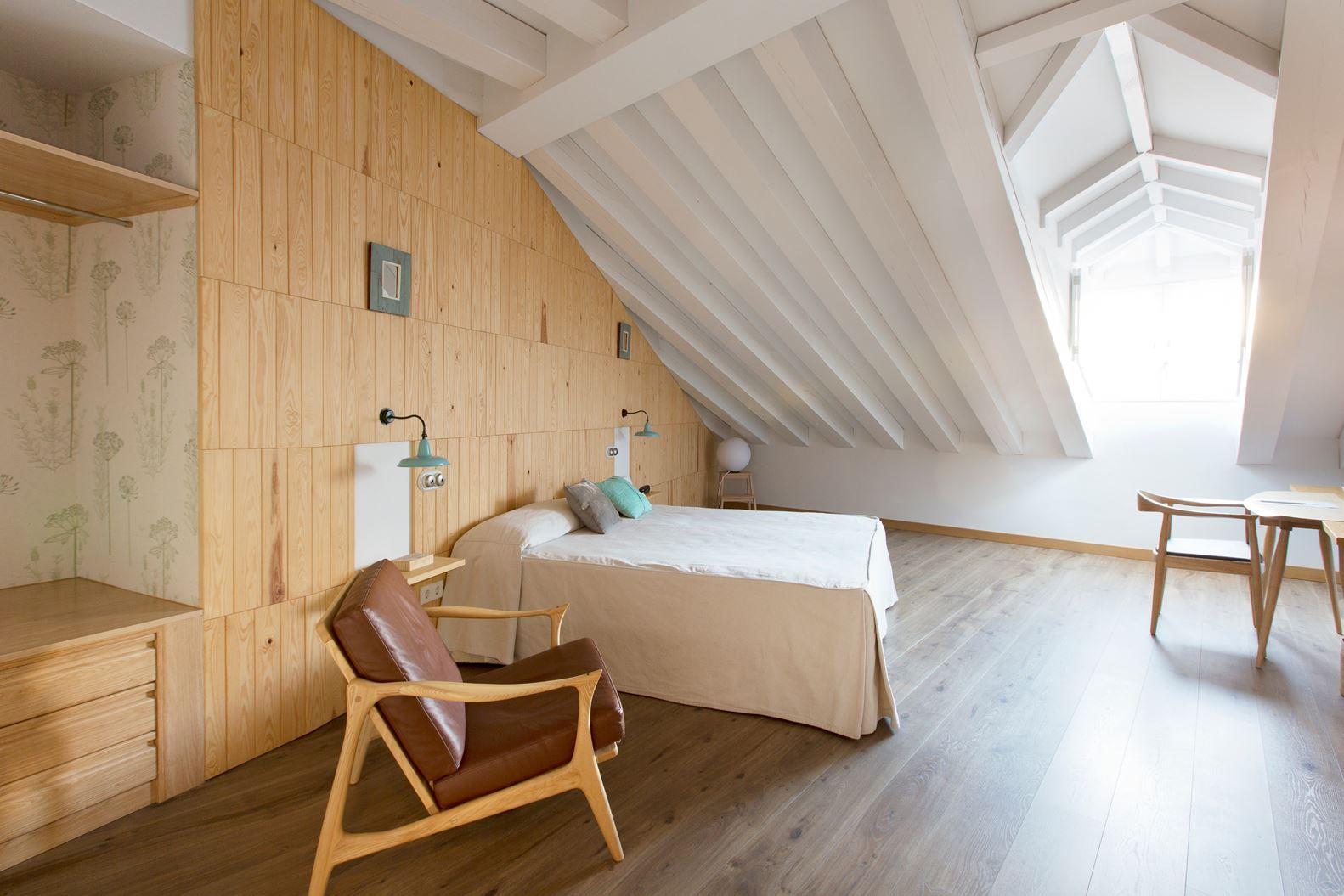 Un hotel con stanze in mansarda in un borgo medievale - Foto di camere ...