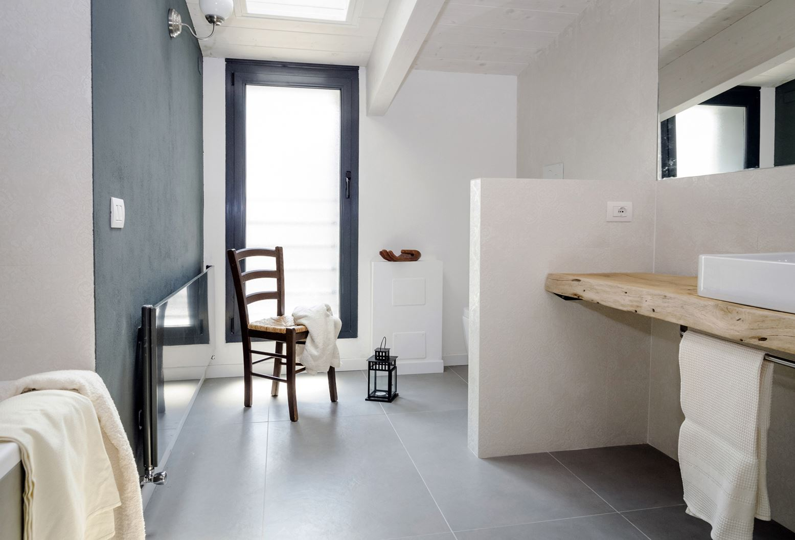 Bagno Con Soffitto In Legno: Da cascina a casa chic con travi ...