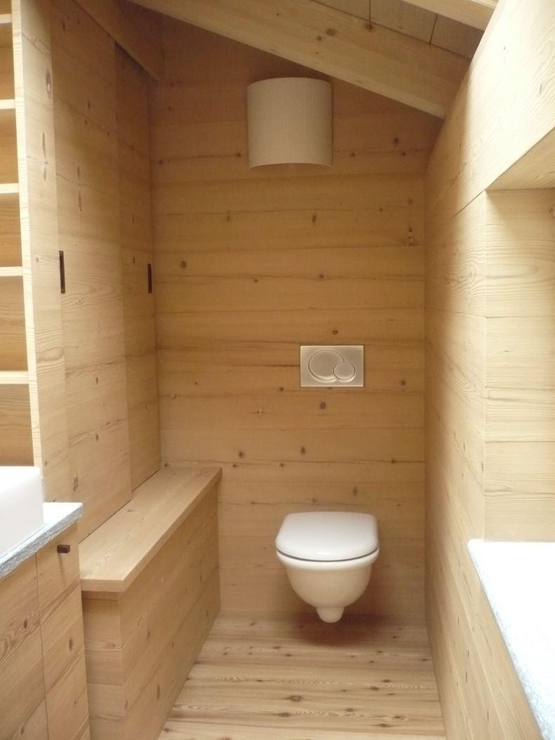 Un loft in legno nel sottotetto - Bagno in mansarda ...