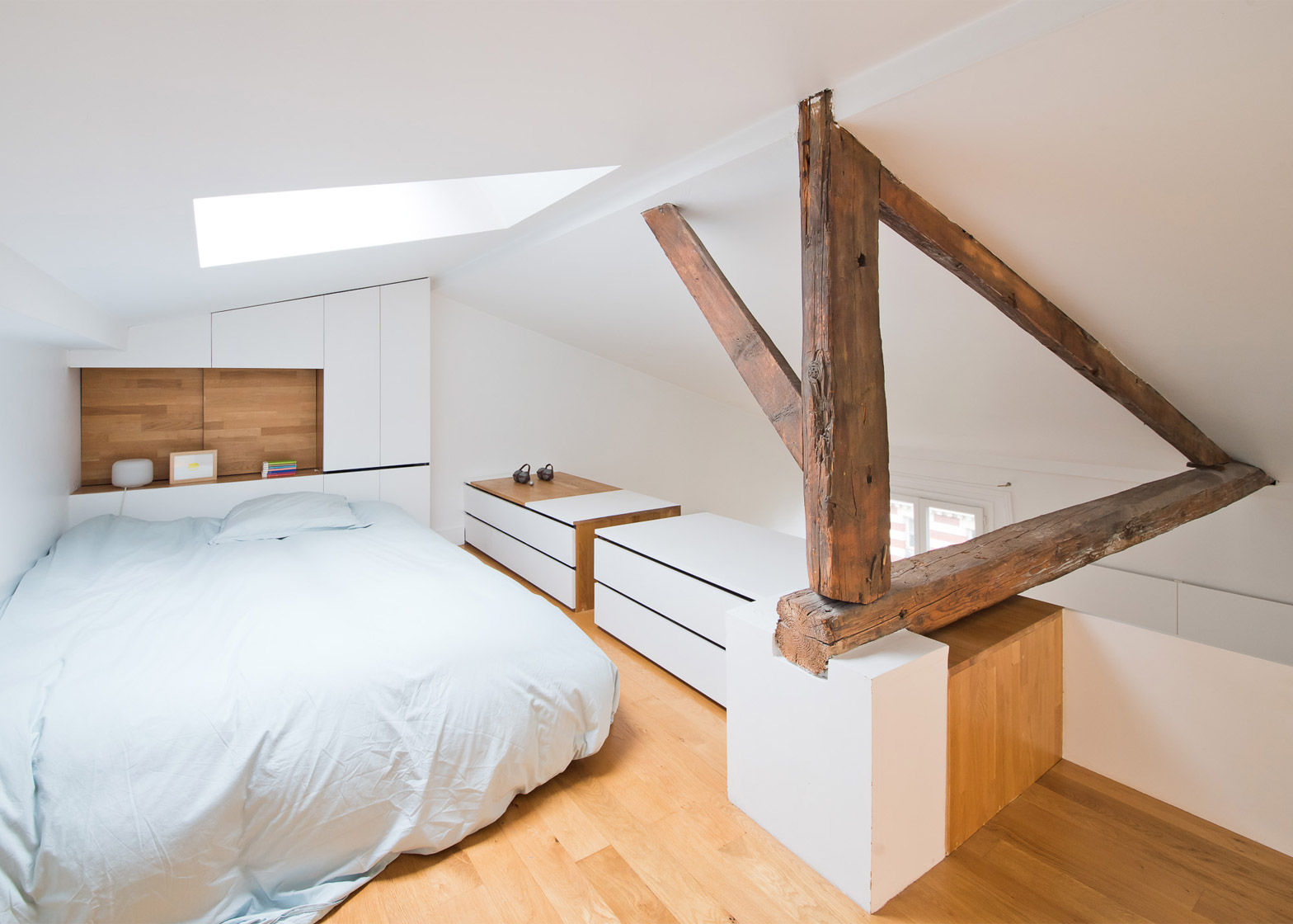 Mobili e armadi nella camera da letto in mansarda - Contenitori camera da letto ...