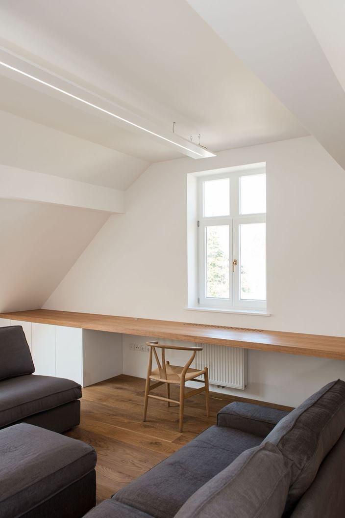 Un attico bianco e legno for Mansarda in legno bianco