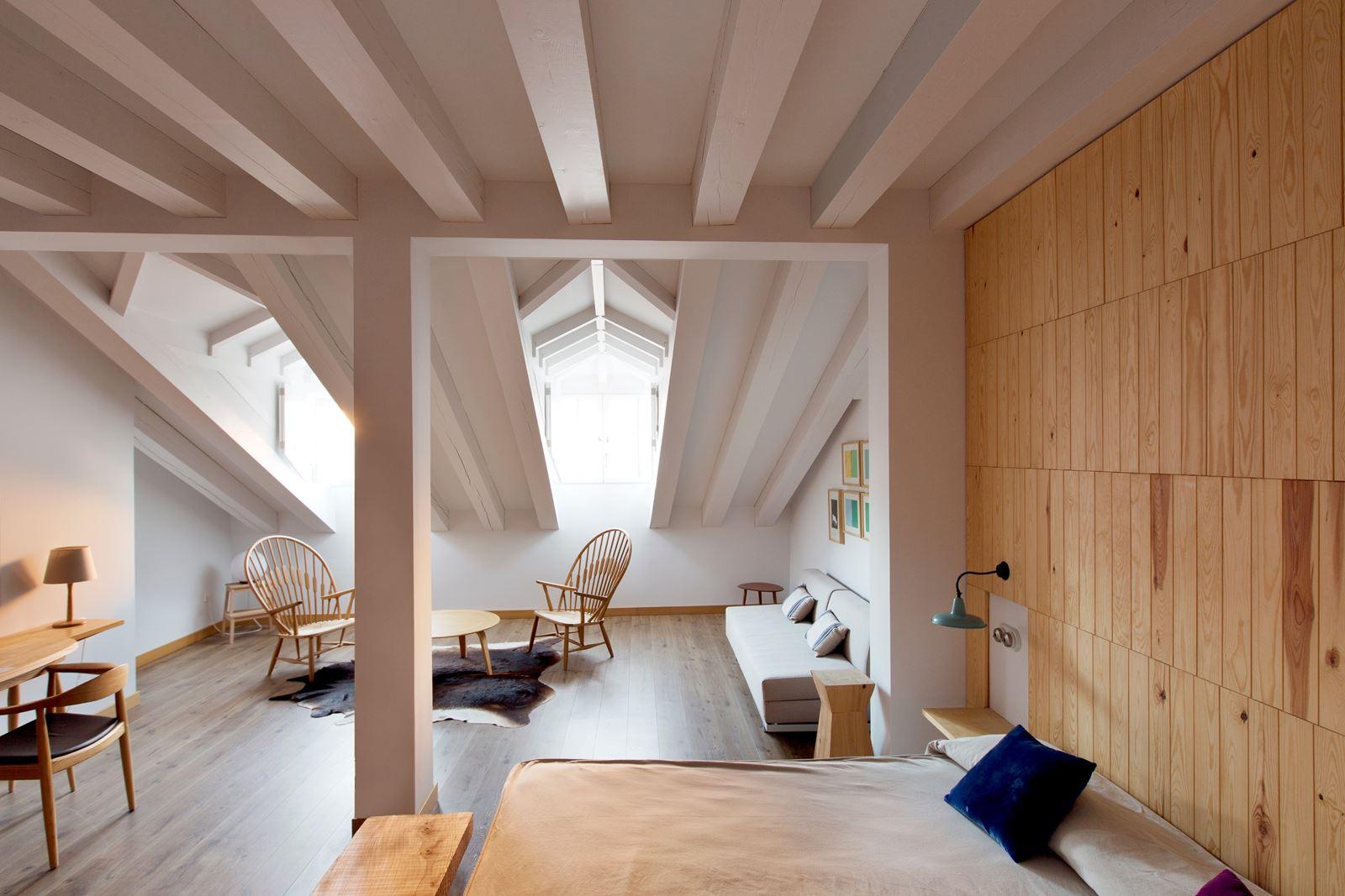 Illuminare stanza con travi a vista: travi di legno in bianco luci