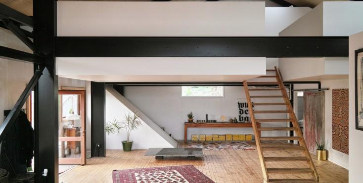 La trasformazione di un edificio industriale in una casa for Piani di casa con una vista verso la parte posteriore