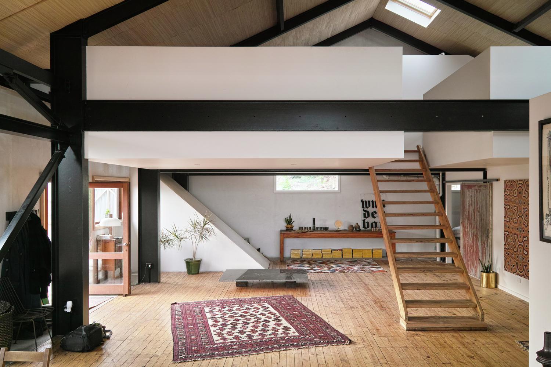 la trasformazione di un edificio industriale in una casa. Black Bedroom Furniture Sets. Home Design Ideas