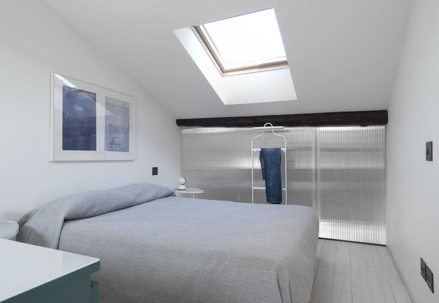 Un appartamento con studio in mansarda for Idee camera studio