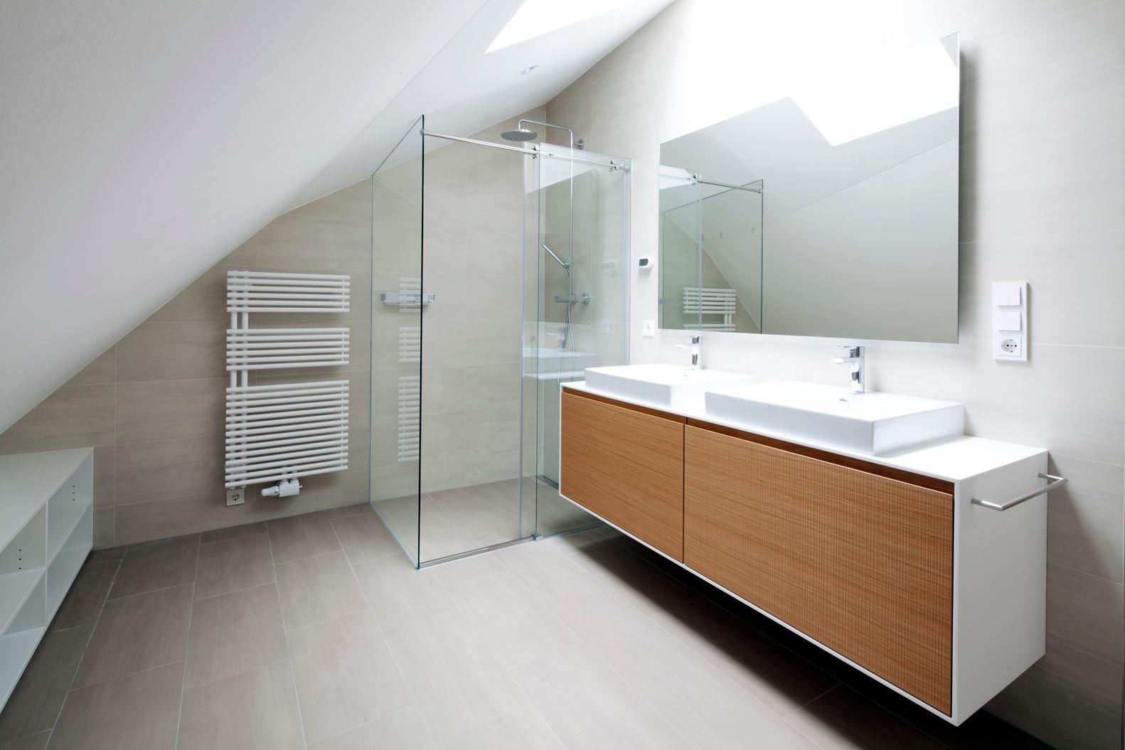 Un attico elegante e luminoso for Mansarda in legno bianco