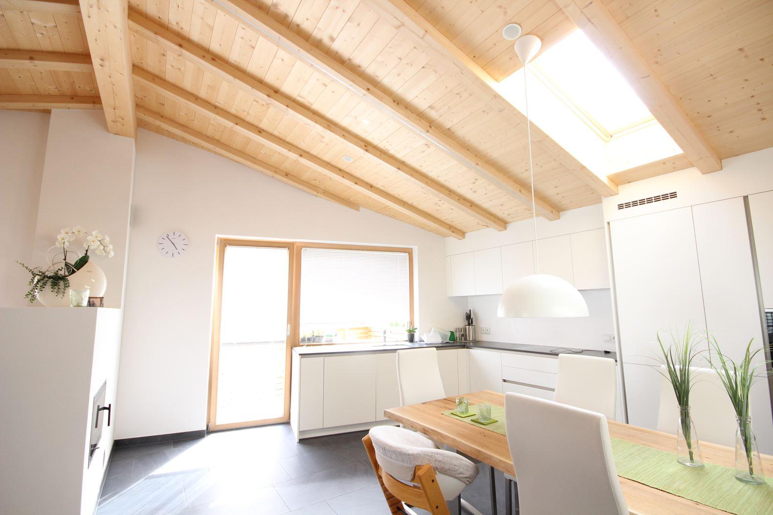 Una mansarda in montagna for Illuminazione sottotetto legno