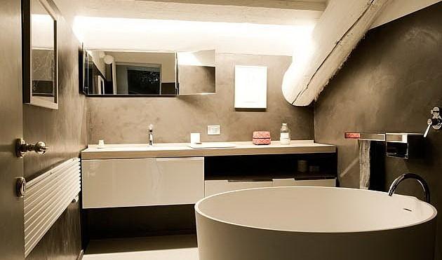 Bagno Con Porta Finestra: Il bagno ? dietro una parete in legno e la cabina doccia sta sotto al.