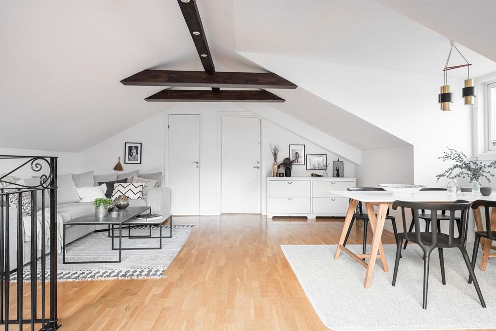 Idee per un soggiorno funzionale in mansarda for Arredare mansarda idee