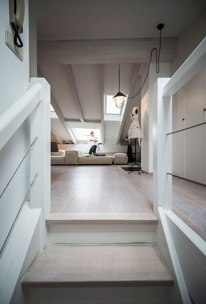 Abbinare bianco e legno in mansarda for Finestre a soffitto