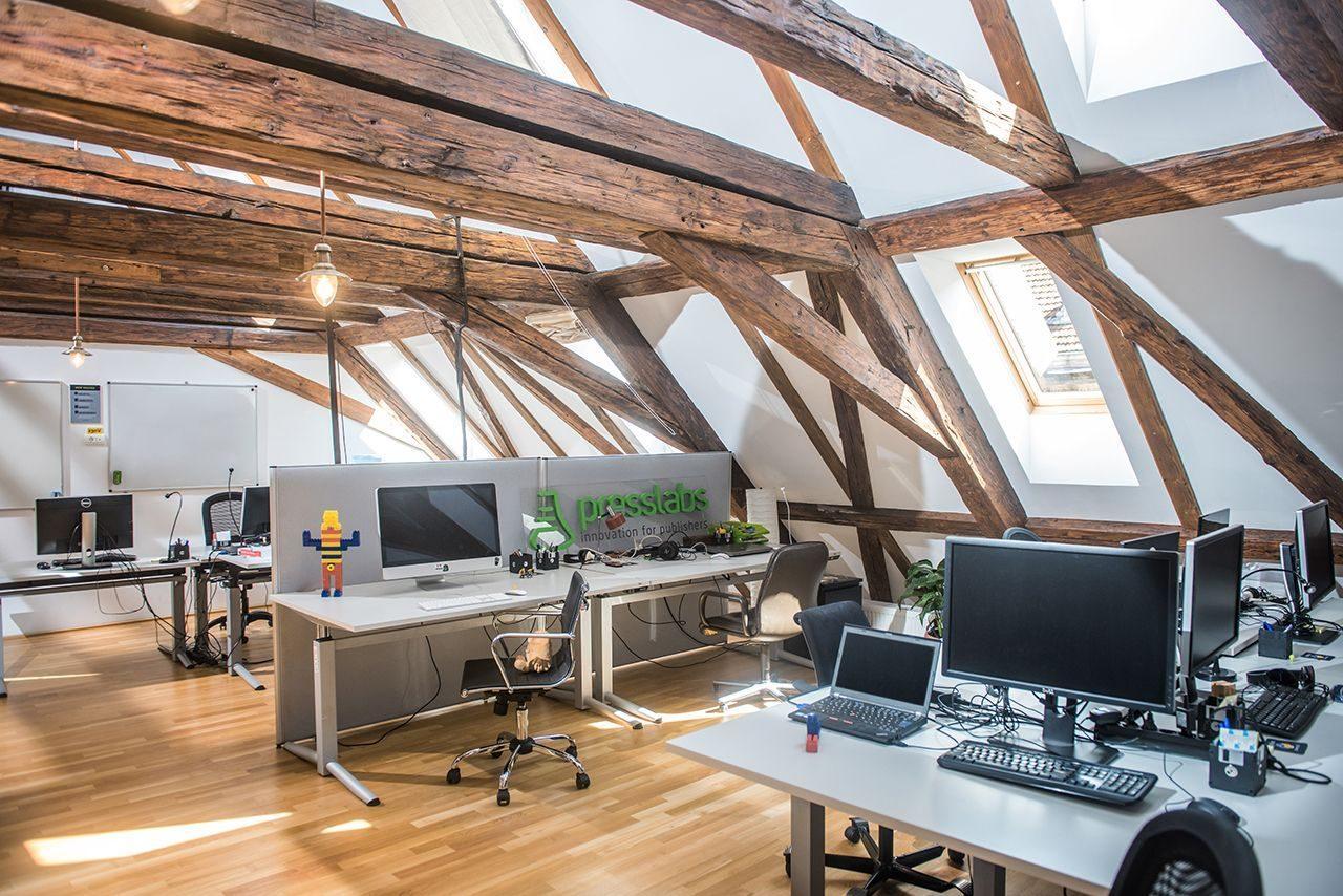 Lo spazio giusto per lavorare in mansarda for Ufficio architetto design