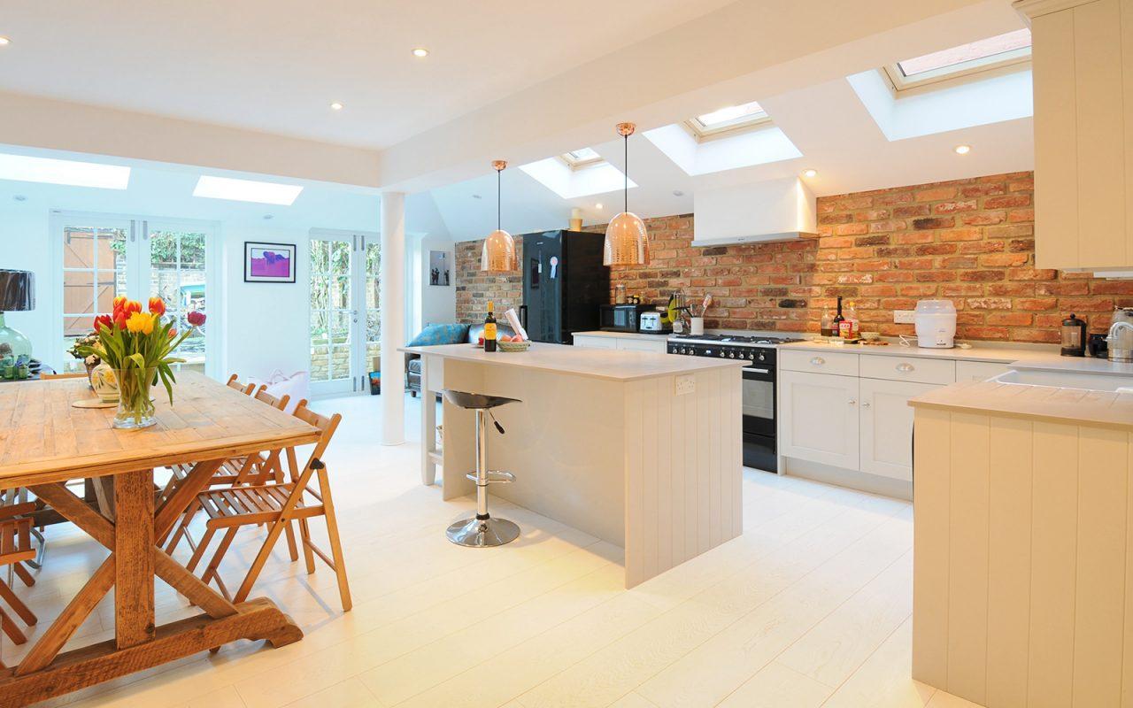 Una cucina in cui si incontrano stile moderno e nordico for Si riportano in cucina