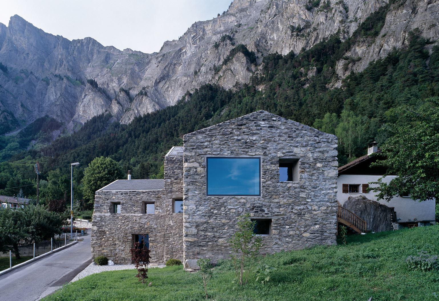 Una casa in pietra con sottotetto for Ottenere una casa costruita
