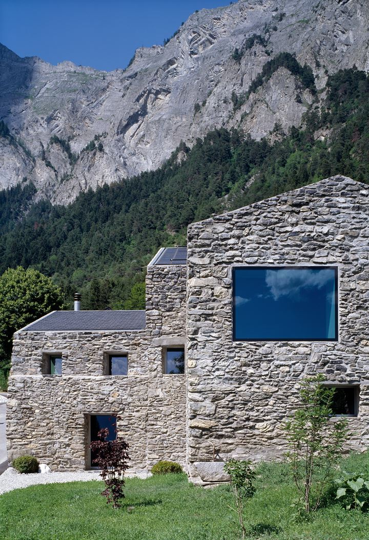 Una casa in pietra con sottotetto for Zoccolo esterno casa in pietra