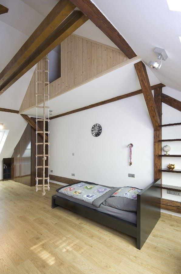 La stanza risulta ampia e luminosa, grazie al soffitto molto alto e ...