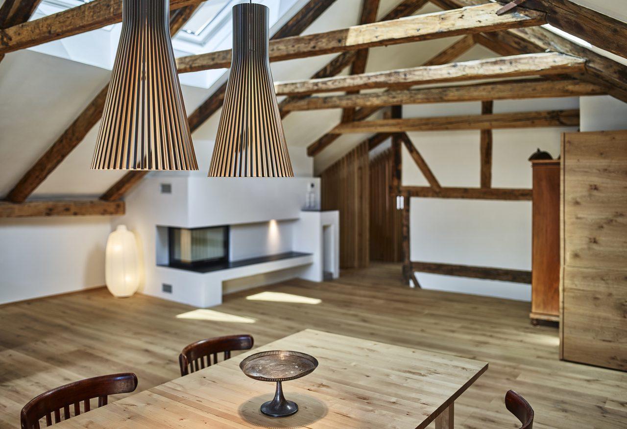 Arredare una mansarda in modo classico for Foto case arredate moderne