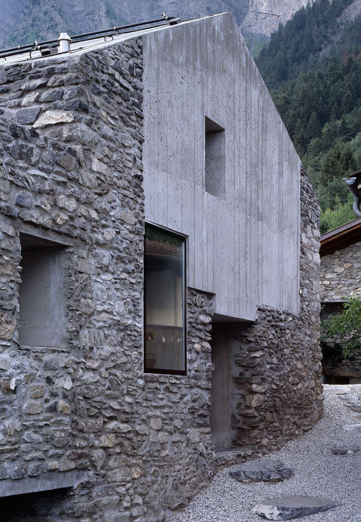 una casa in pietra con sottotetto
